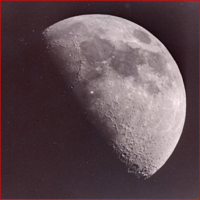 Credit: Leon Stuart، به نقطه روشن روی سطح ماه توجه کنید