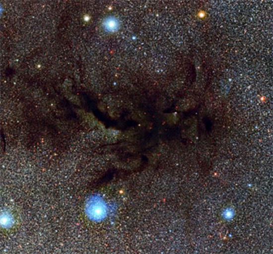 Filaments of dust obscure starlight near the center of the Milky Way. Credit: ESO